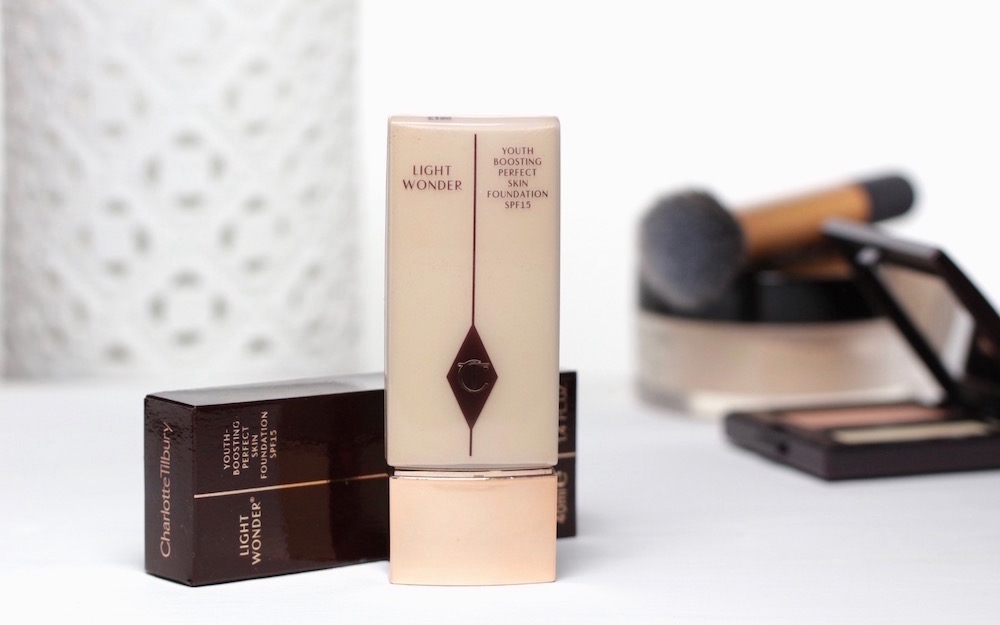 "Natürlich weiß Charlotte Tilbury als Make-up Artistin, dass es auch Frauen mit sehr heller Haut gibt. Juchu. Deshalb ist die hellste Nuance ihrerLight Wonder Foundation ""1 - fair"" auch sehr hell."
