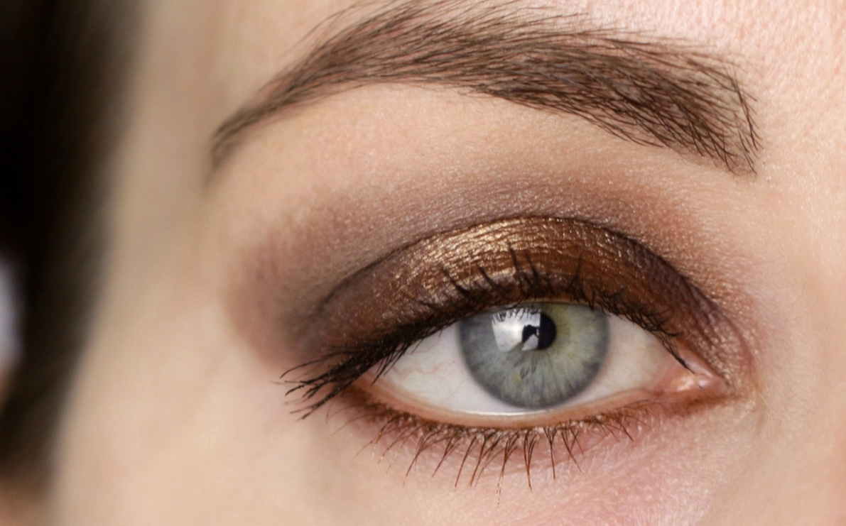 Look with Couleur Caramel Zanzibar Palace eye shadow goldern nugget and dual mascara