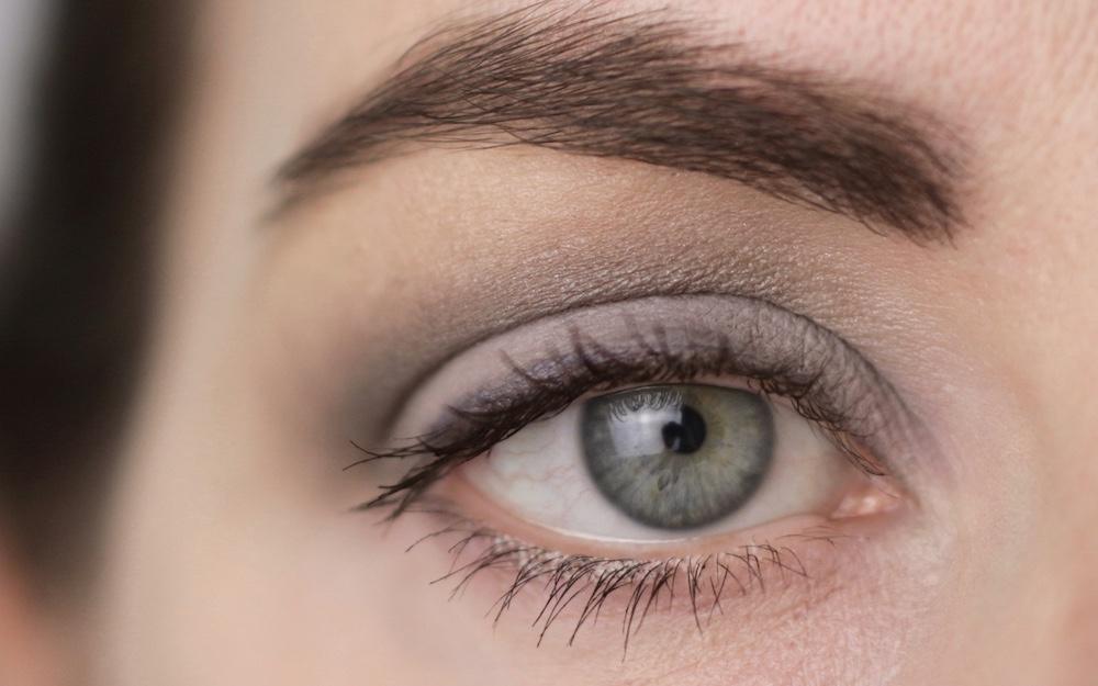 "Augen Makeup mit PHB veganer Mascara und PHB veganem Lidschatten in ""dove grey"""